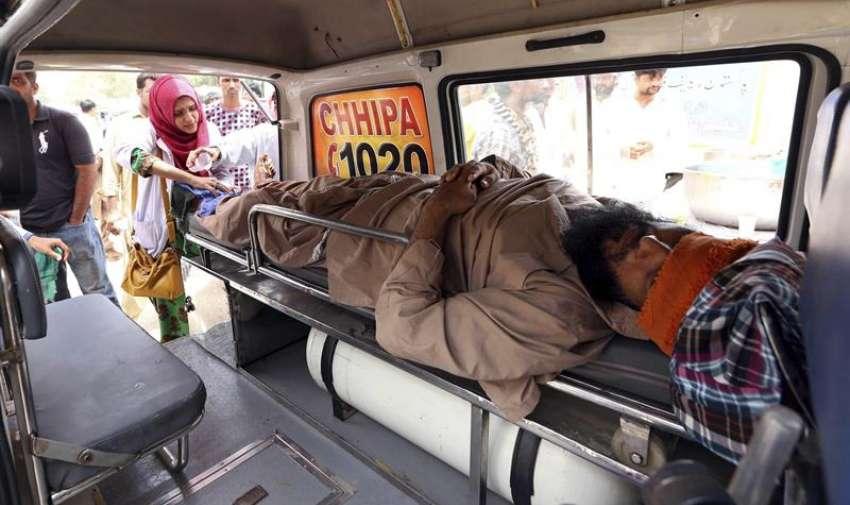 Un hombre afectado por la ola de calor es atendido en una ambulancia en Karachi (Pakistán). EFE