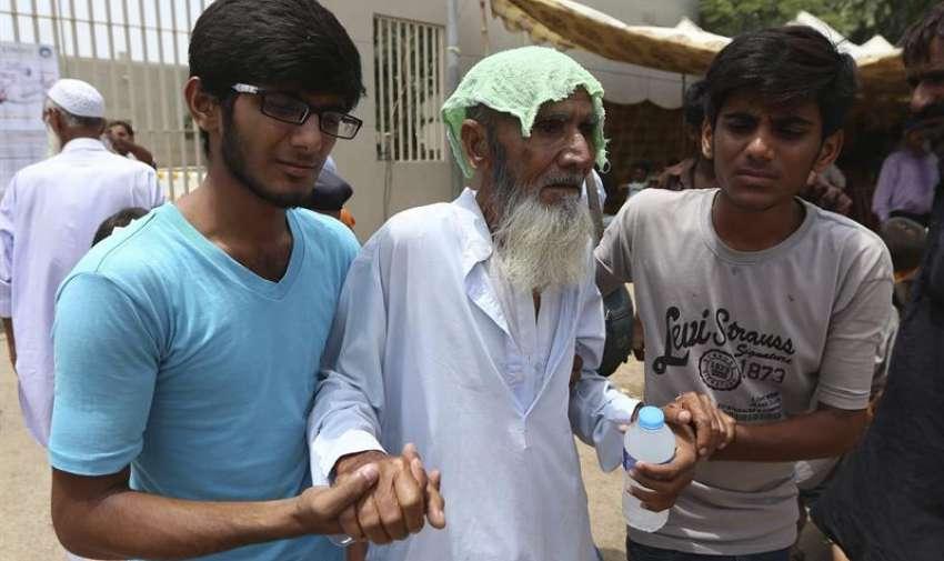 Un hombre afectado por la ola de calor es trasladado a un hospital en Karachi (Pakistán). EFE