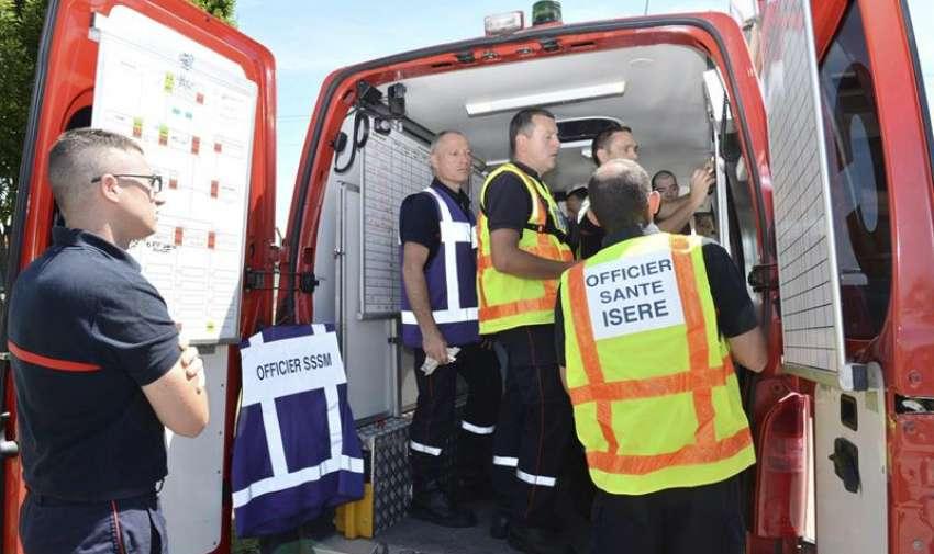 Fotografía facilitada por el Ministerio del Interior francés que muestra la llegada de los bomberos, los servicios sanitarios y la policía al polígono industrial de la localidad de Saint-Quentin-Fallavier, el lugar del atentado terrorista en Francio hoy 26 de junio de 2015.  EFE
