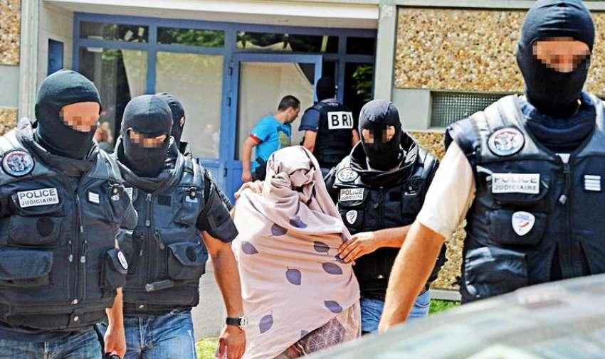 La policía escolta a una mujer en conexión con , Yasin Salhi, sospechoso del atentado terrorista en los alrededores de la fábrica de Saint-Quentin-Fallavier en la localidad de Saint-Priest, Lyon Francia hoy viernes 26 de junio de 2015.  EFE