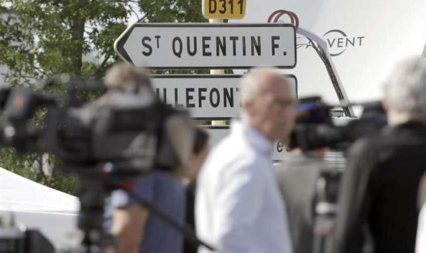 Trabajadores de los medios esperan en las inmediaciones del polígono industrial de la empresa Air Products, en la localidad de Saint-Quentin-Fallavier. EFE