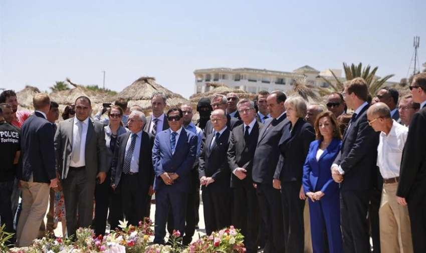 El ministro de Interior galo, Bernard Cazneuve (c); su homólogo alemán, Thomas de Maiziere (c-dcha), y la ministra británica de Interior, Theresa May (5ª dcha), participan en una ceremonia en memoria de las víctimas en el lugar del atentado, en una playa junto al hotel Imperial Marhaba en Susa, a 140 kilómetros al este de Túnez (Túnez). EFE