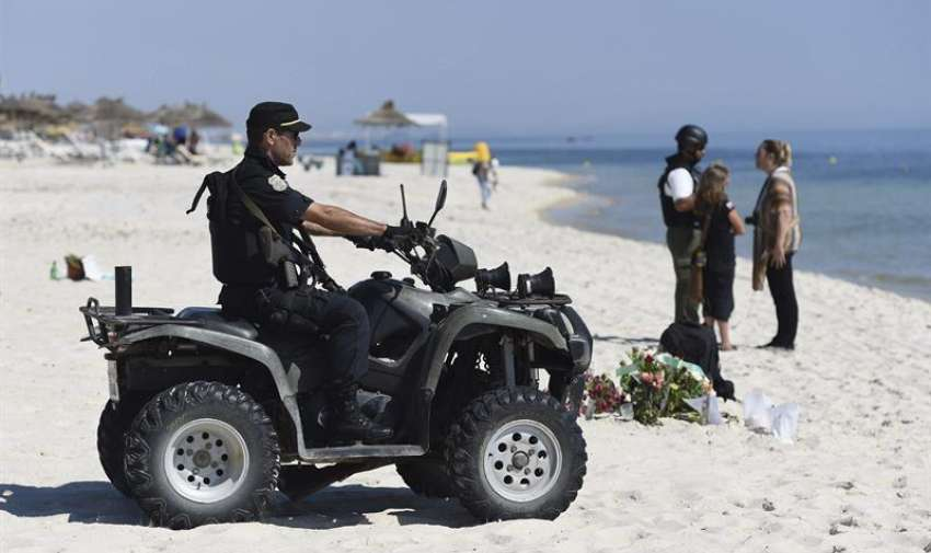 Un efectivo de la Guardia Nacional tunecina vigila la playa donde se produjo el atentado cerca del hotel Imperial Marhaba en Susa (Túnez), hoy, 29 de junio de 2015. EFE