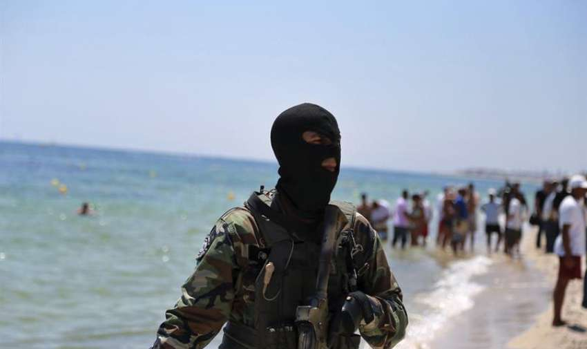 Un efectivo de la Guardia Nacional tunecina vigila la playa donde se produjo el atentado cerca del hotel Imperial Marhaba en Susa (Túnez). EFE