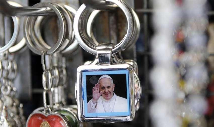 Souvenirs por la visita del Papa Francisco. Fotos: Marcos Pin / API