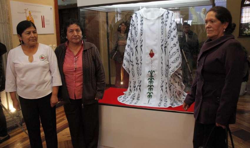 CIDAP presentó la vestimenta que fue confeccionada por artesanos cuencanos para el papa Francisco en la ciudad de Quito. FOTO API