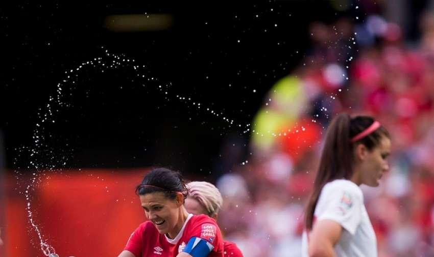 Christine Sinclair , izquierda, celebra la victoria de 1-0 de Canadá Fotografía: Darryl Dyck