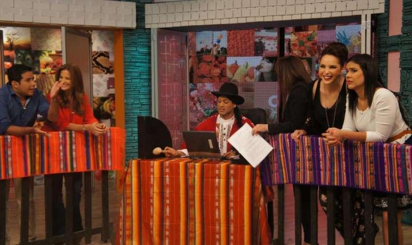 Los presentadores junto al Taita en la pacha corte. Ecuavisa