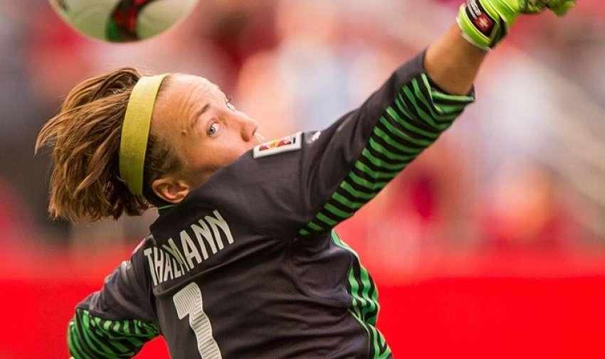 Suiza Gaëlle Thalmann parece preocupada mientras se alcanza la pelota al intentar darle un golpe de distancia . Fotografía: Rich Lam