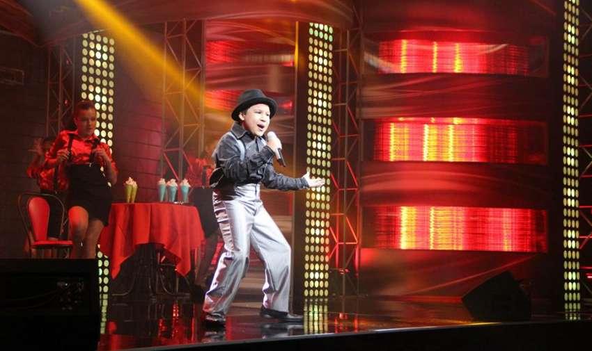 Carlitos Mena abrió la primera gala en vivo de Factor X Kids.