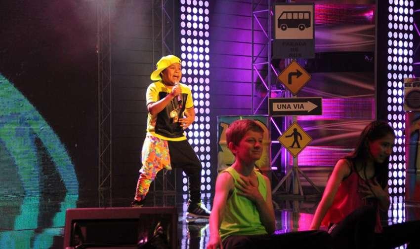 Carlitos Mena rapea con mucho estilo.
