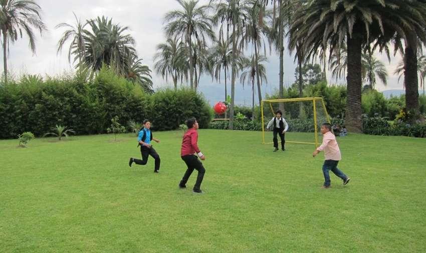 Mientras que los niños se divertían jugando fútbol