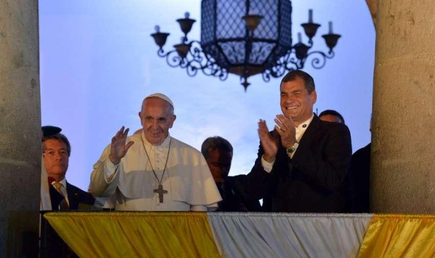 El presidente de Ecuador, Rafael Correa aplaude al papa Francisco en el balcón de Carondelet. Foto: AFP
