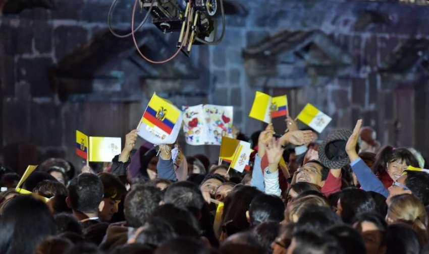 Miles de personas se congregaron para saludar al papa Francisco en Quito. Los niños portan banderas de Ecuador y de El Vaticano. Foto: AFP