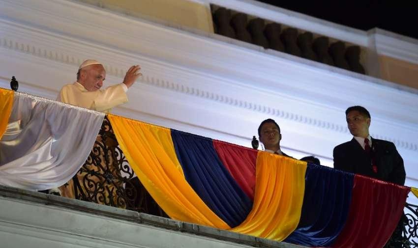 Papa Francisco saluda al pueblo quiteño desde el balcón en Carondelet. Foto: AFP
