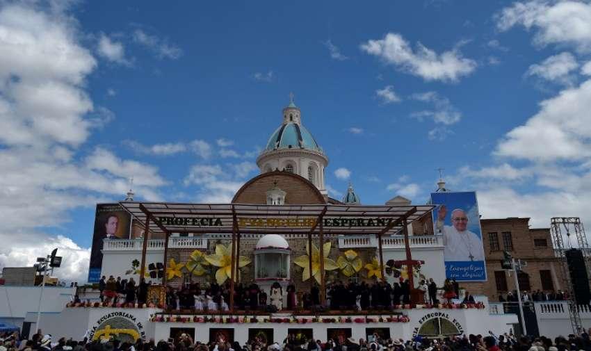 """Papa Francisco (C en blanco) asiste a una reunión con los sacerdotes, religiosos y seminaristas en el Santuario Nacional Mariano de """" El Quinche """" , en las afueras de Quito el 8 de julio de 2015. AFP"""