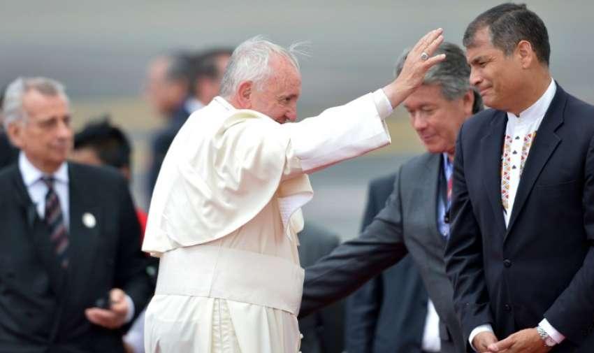 Papa Francisco junto al presidente de Ecuador, Rafael Correa (R) en el aeropuerto de Quito antes de su partida a Bolivia, el 8 de julio de 2015. AFP