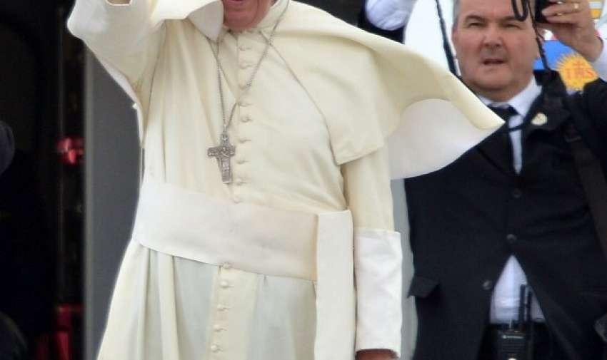 Papa Francisco antes de embarcar en un avión con destino a Bolivia, en el aeropuerto de Quito el 8 de julio de 2015. AFP