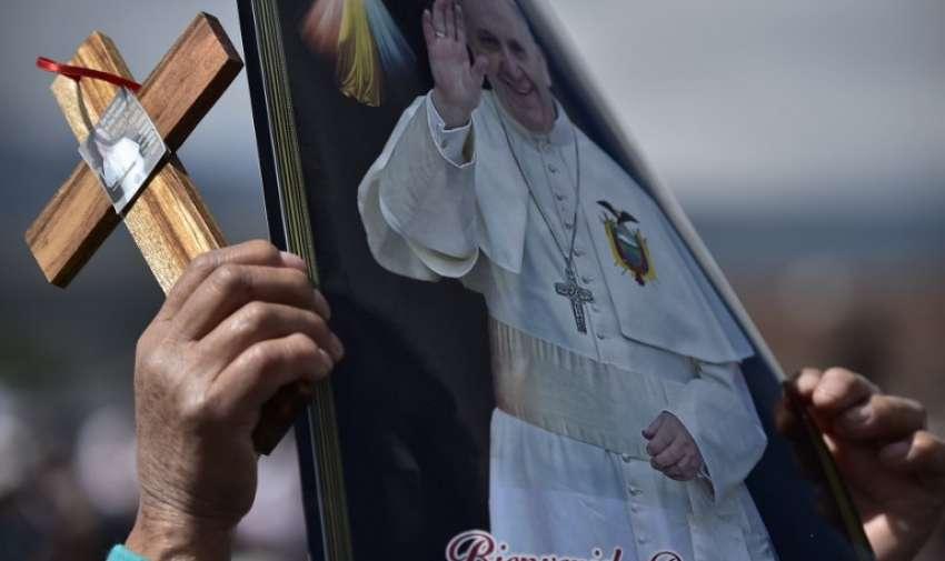 Fieles despiden al Papa Francisco. AFP