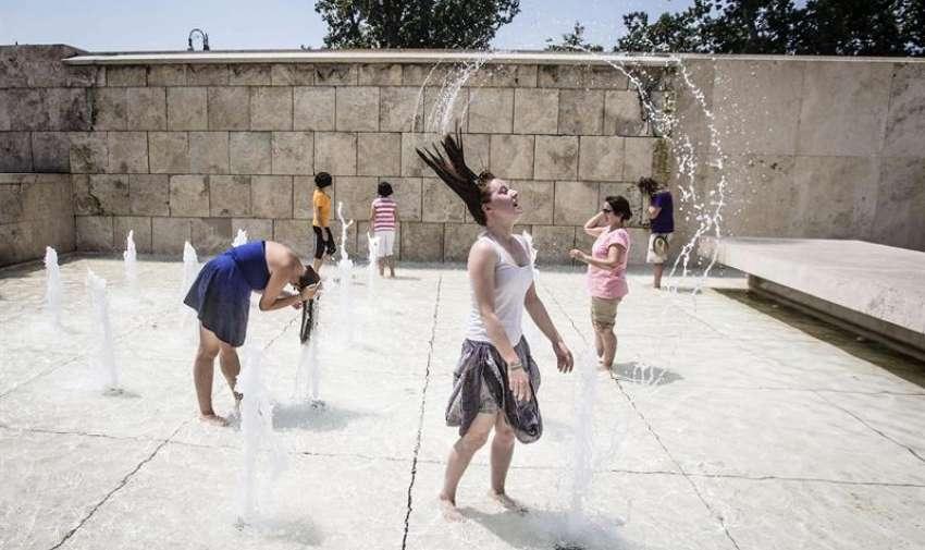 Varios turistas se refrescan en una fuente frente al Ara Pacis de Roma, Italia, hoy, viernes 3 de julio de 2015. EFE