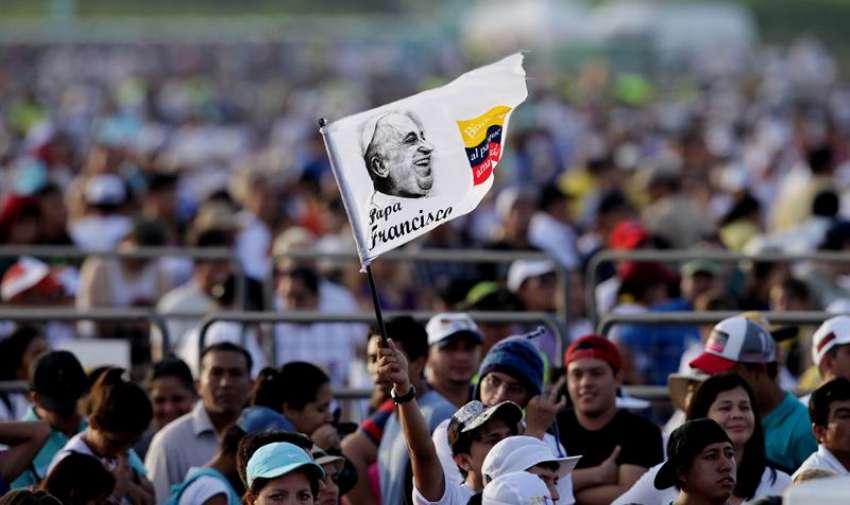 GUAYAQUIL. Entre los fieles también había personas con camisas representativas de Colombia, Chile y Venezuela, que al igual que el resto de los presentes participaban en las oraciones y en las presentaciones artísticas, como las canciones religiosas. Fotos: EFE