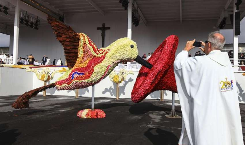 Sacerdotes y miles de fieles esperan hoy, martes 7 de julio de 2015, la llegada del Papa Francisco. Foto: EFE
