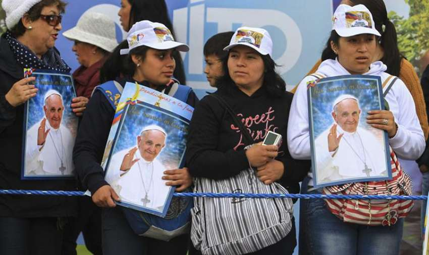 Fieles católicos a la espera de la misa en el Parque Bicentenario. Foto: EFE