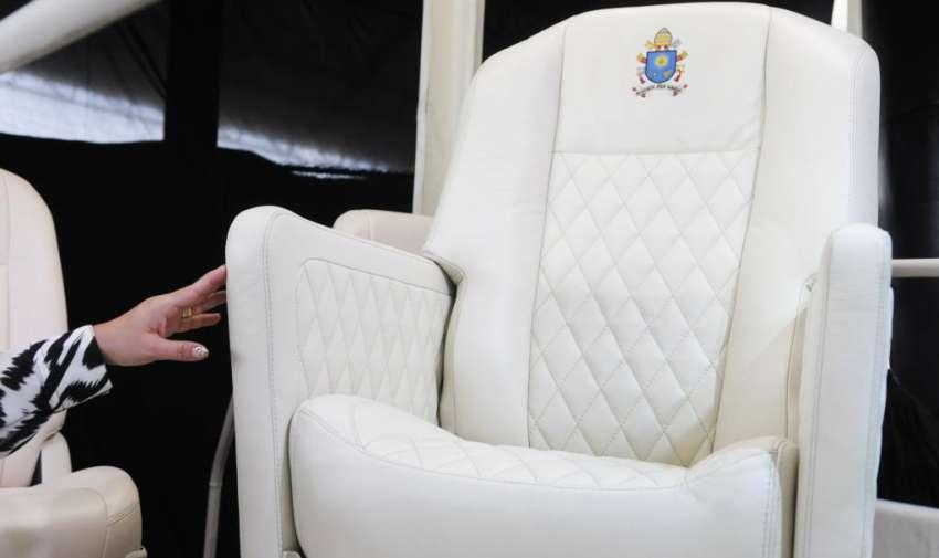 Monseñor Arregui, Arzobispo de Guayaquil, recibió el Papa móvil de parte de la empresa General Motors, una Chevrolet D-Max, para la movilización del Papa Francisco en su visita a Guayaquil, la misma está adecuada a las necesidades del Sumo Pontífice y que incluye un pequeño escudo del club argentino San Lorenzo. API
