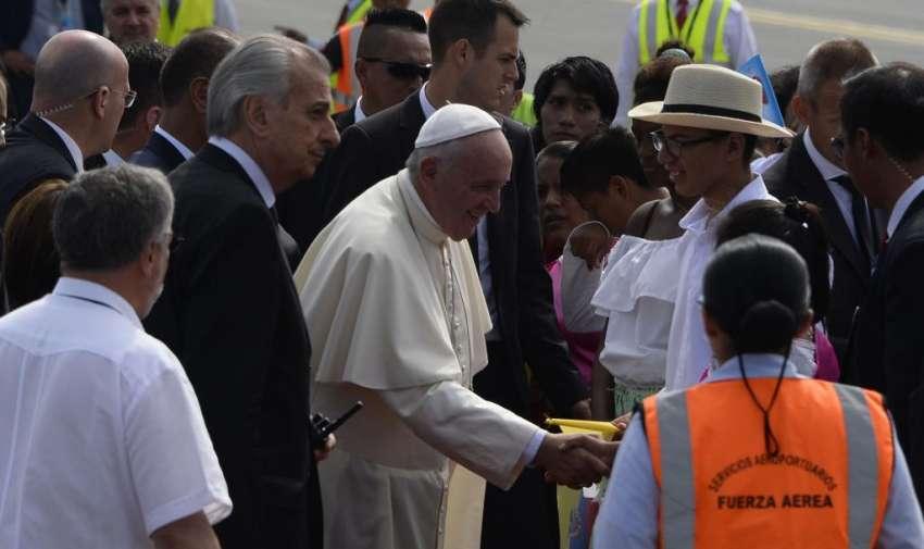 El avión del papa Francisco aterrizó en Guayaquil a las 9h41. Foto: API.