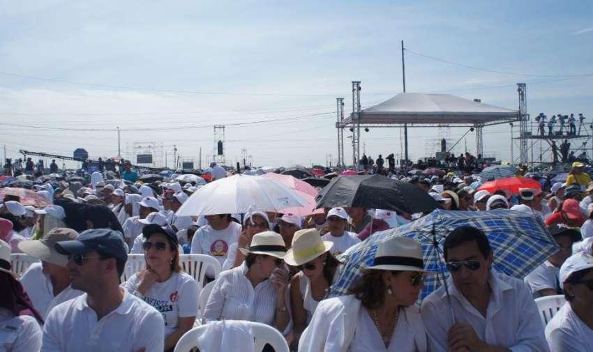 Fieles católicos esperaron por largas horas bajo las altas temperaturas de Guayaquil la llegada del Papa Francisco. Foto: Ecuavisa