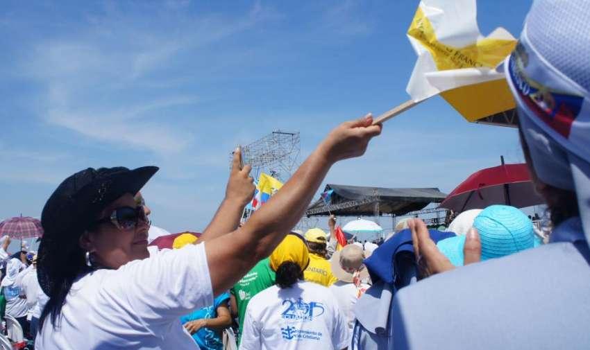 Banderas, carteles y pancartas daban la bienvenida al Papa Francisco al Parque Samanes. Fotro: Ecuavisa