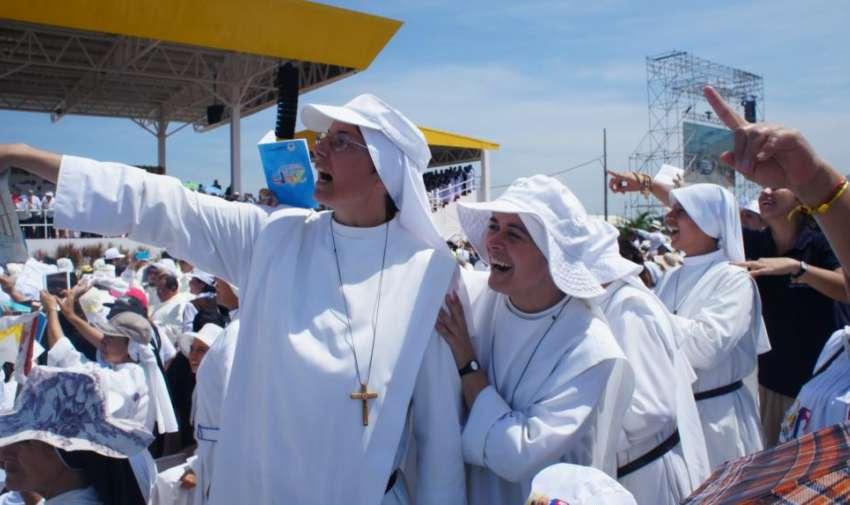 Con mucha alegría y cánticos esperaron los fieles católicos la llegada del Papa Francisco. Foto: Ecuavisa