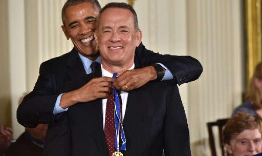 El presidente estadounidense Barack Obama presenta al actor Tom Hanks con la Medalla Presidencial de la Libertad, el más alto honor civil de la nación, durante una ceremonia en honor a 21 receptores, en la Sala Este de la Casa Blanca en Washington, DC, 22 de noviembre de 2016.