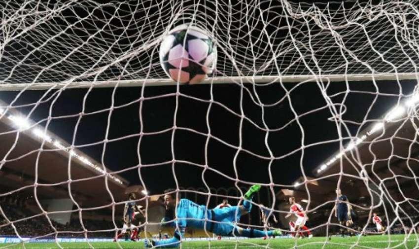 El defensa francés de Mónaco, Djibril Sidibe, anotó el portero francés del Tottenham Hotspur, Hugo Lloris, durante el partido de fútbol de la UEFA Champions League.