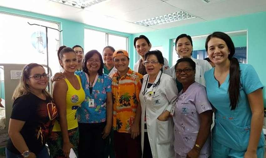 Miembros del hospital junto a los actores. Foto: Ecuavisa