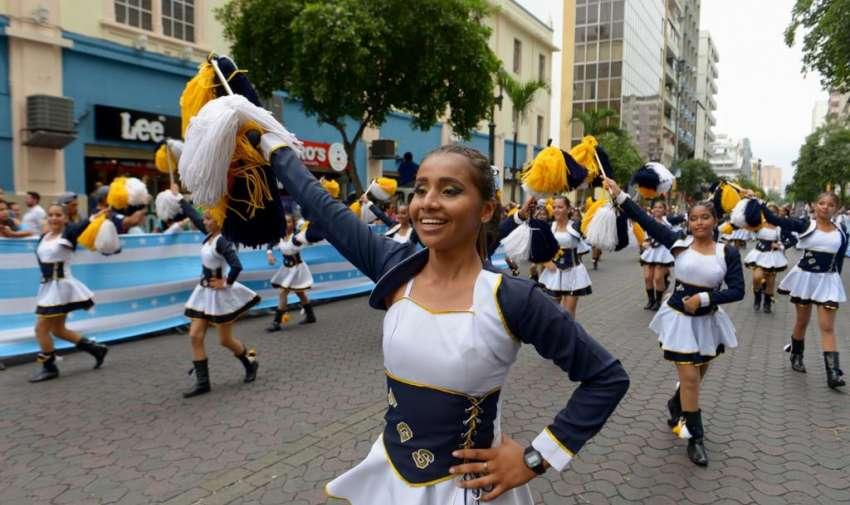 Miles de estudiantes desfilan por el corazón de Guayaquil. Foto: API