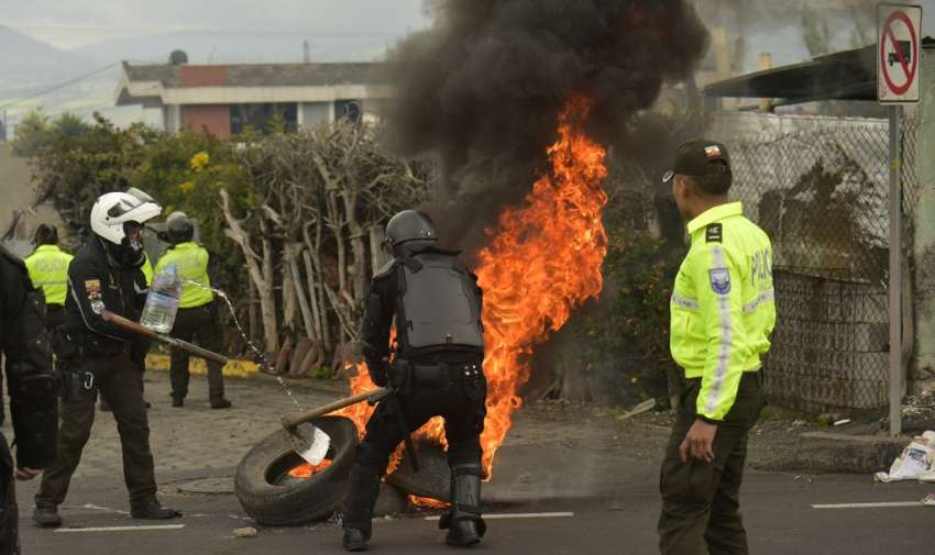 Los manifestantes siguen bloqueando vías incendiando llantas. Foto: RODRIGO BUENDIA / AFP