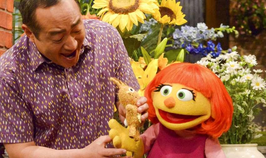 """Alan Muraoka con Julia, un personaje con autismo que debutó en la 47ma temporada de """"Sesame Street"""". Foto: AP"""