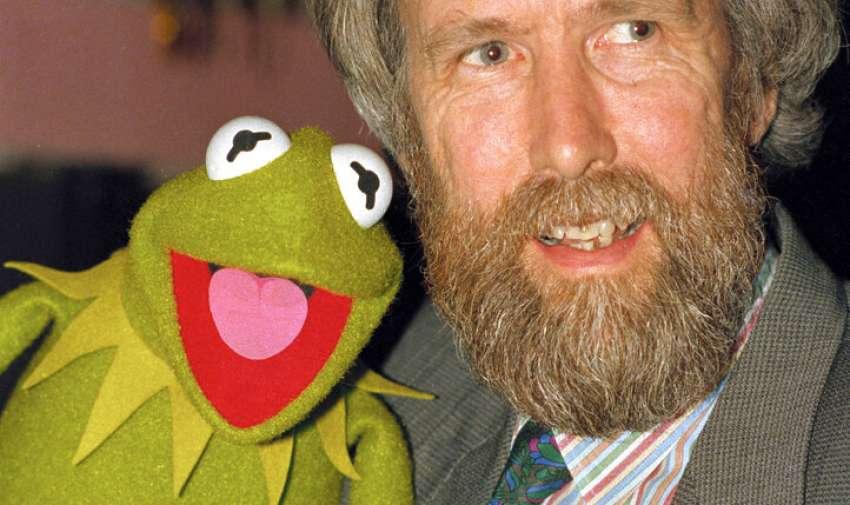 Febrero de 1988, Jim Henson, creador de los Muppets, posa con la Rana René. Foto: AP