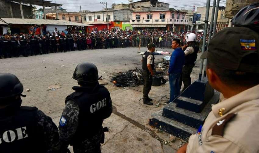 POSORJA, Ecuador.- Policía custodia exteriores de UPC en la localidad costeras tras linchamiento. Foto: API.
