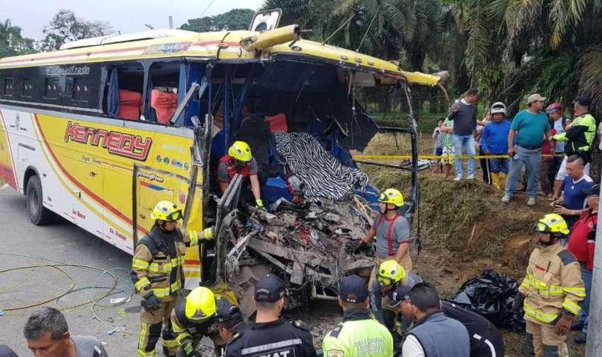 El conductor y el controlador del bus son las víctimas mortales. Foto: Twitter