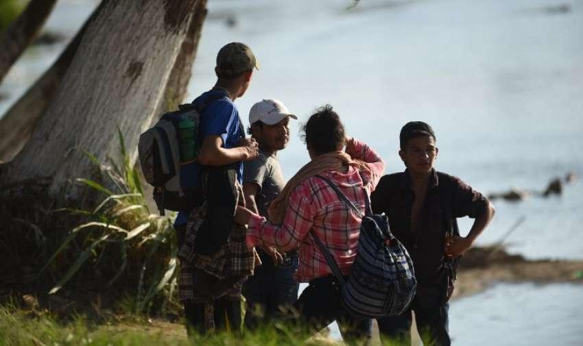 Muchos de ellos pernoctaron sobre el piso de cemento del parque de Tecún Umán. Foto: AFP