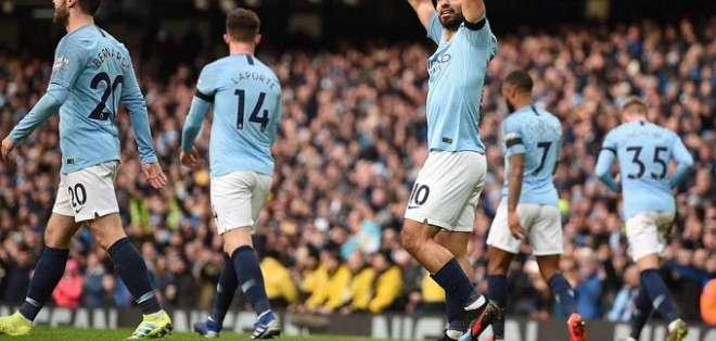 Agüero festeja uno de sus tres goles del partido.