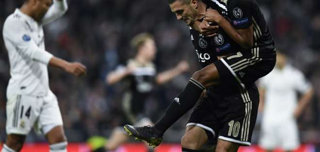 El equipo holandés venció 4-1 al club español en el estadio Santiago Bernabeú. Foto: GABRIEL BOUYS / AFP