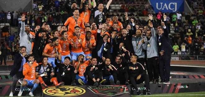 Renato Ibarra celebra la corona con el resto de sus compañeros.