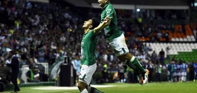 Ángel Mena festeja uno de sus tantos con León.