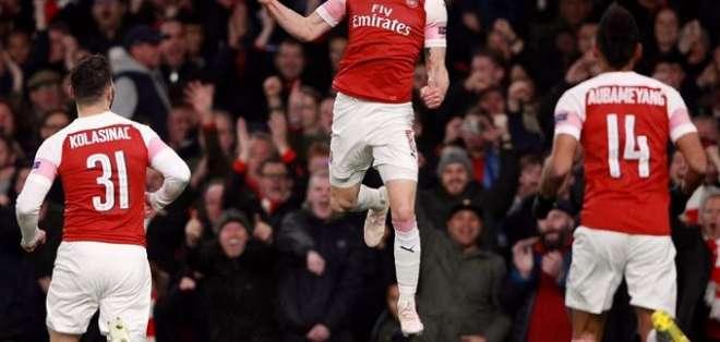 Jugadores del Arsenal celebran uno de los tantos.