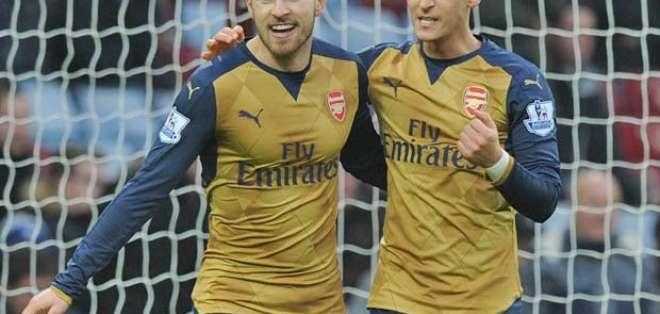 Jugadores del Arsenal, celebran un gol.