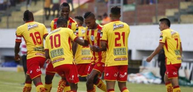 Jugadores de Aucas, celebrando un gol.
