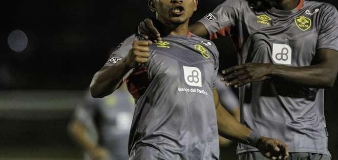Ángel Gracia celebra su tanto de tiro libre. Foto: API